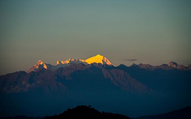 Widok Na Golden Shining Mount Langtang Z Katmandu W Nepalu. Premium Zdjęcia