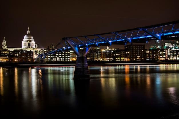 Widok Na Katedrę św. Pawła I Niebieskie światła Na Millenium Bridge W Nocy W Londynie Premium Zdjęcia