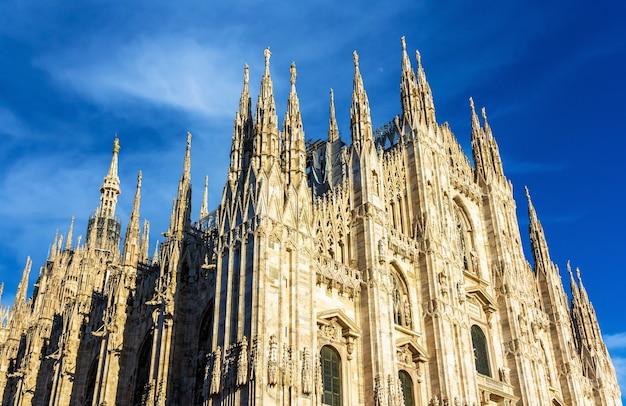 Widok Na Katedrę W Mediolanie Premium Zdjęcia