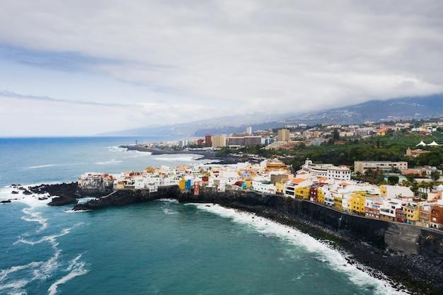 Widok Na Miasteczko Punta Brava W Pobliżu Miasta Puerto De La Cruz Na Wyspie Teneryfa, Wyspy Kanaryjskie Premium Zdjęcia