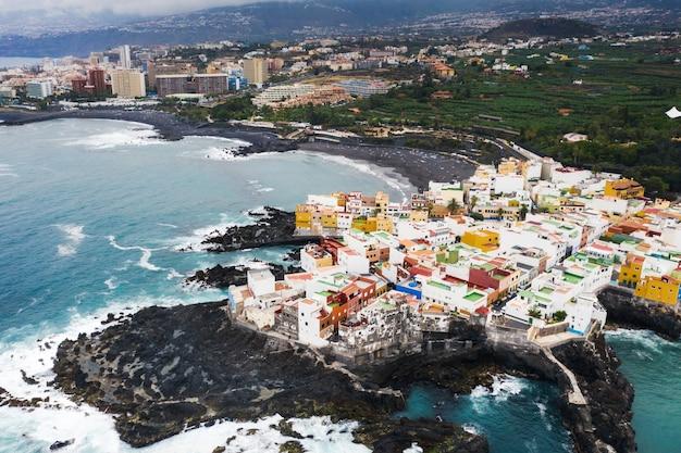 Widok Na Miasteczko Punta Brava W Pobliżu Miasta Puerto De La Cruz Na Wyspie Teneryfa Premium Zdjęcia