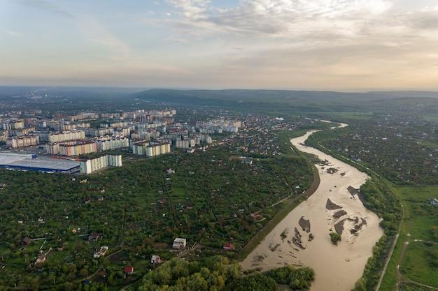 Widok Na Miasto Iwano-frankiwsk Z Dzielnicą Mieszkaniową I Domami Na Przedmieściach Z Rzeką Pośrodku. Premium Zdjęcia