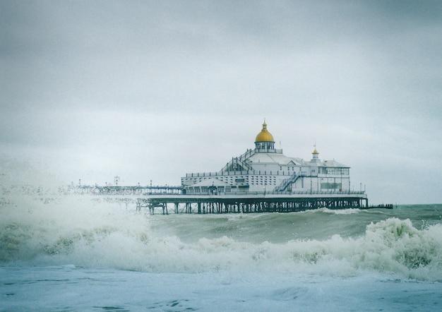 Widok Na Molo W Eastbourne W Anglii Z Silnymi Falami Na Oceanie Darmowe Zdjęcia