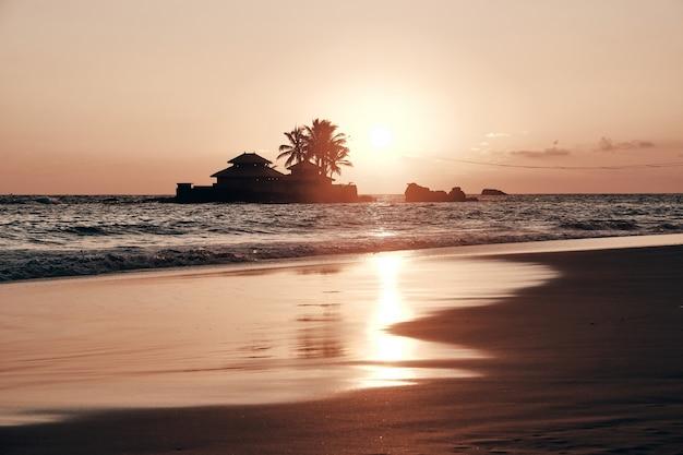 Widok Na Morze Wieczorem Zachód Słońca I Dom Na Wyspie Premium Zdjęcia
