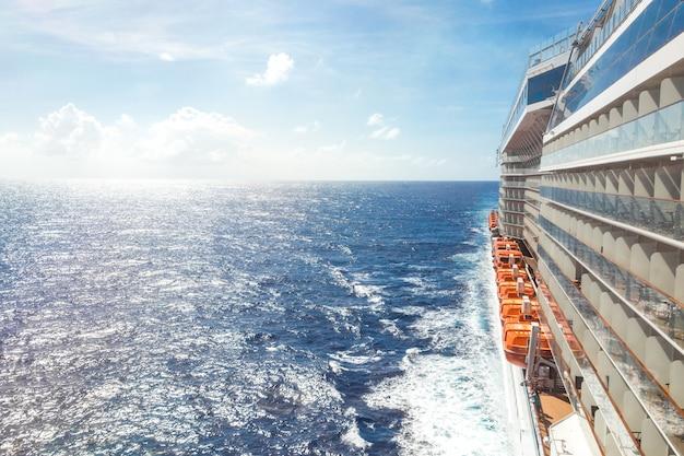 Widok na ocean z pokładu statku wycieczkowego w jasny dzień Premium Zdjęcia