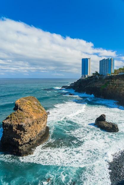 Widok Na Oceanu Brzeg I Hotelowi Budynki Na Skale W Punta Brava, Puerto De La Cruz, Tenerife, Wyspy Kanaryjska, Hiszpania Darmowe Zdjęcia