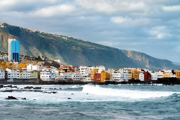 Widok Na Oceanu Brzeg I Kolorowi Budynki Na Skale W Punta Brava, Puerto De La Cruz, Tenerife, Wyspy Kanaryjska, Hiszpania Darmowe Zdjęcia
