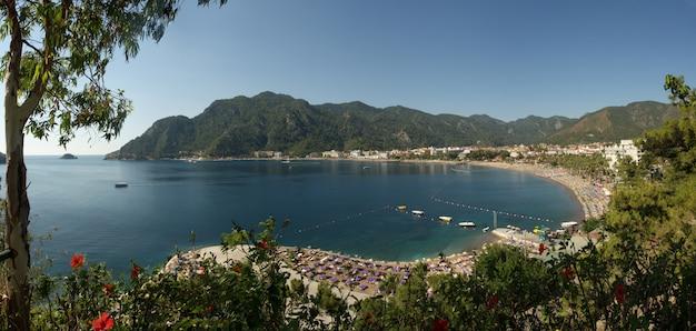 Widok Na Panoramę Zatoki Icmeler, Morze Egejskie I Morze śródziemne. Turecki Kurort Marmaris. Letnie Wakacje Lub Weekend Nad Morzem W Słoneczny Dzień Premium Zdjęcia