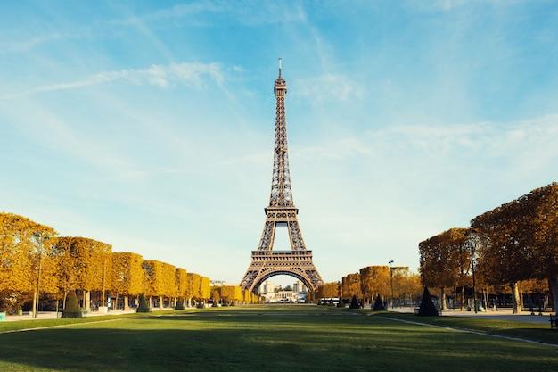 Widok na paryż i wieżę eiffla z błękitne niebo z chmurami jesienią w paryżu, francja. Premium Zdjęcia