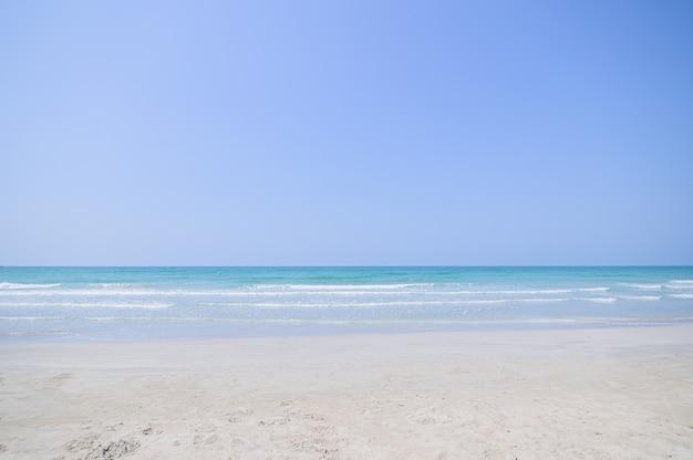 Widok Na Plażę, Błękitne Morze W Ciągu Dnia Premium Zdjęcia