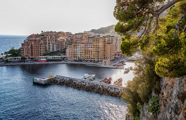 Widok Na Przystań I Luksusowe Domy W Bogatym Europejskim Mieście Na Lazurowym Wybrzeżu. Premium Zdjęcia