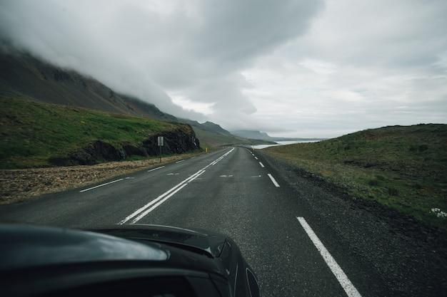 Widok Na Pustą Islandzką Drogę Z Wnętrza Samochodu Darmowe Zdjęcia