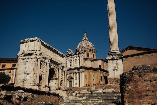 Widok Na Ruiny Rzymskiego Forum Ze Słynnymi Zabytkami, Rzym, Włochy. Premium Zdjęcia