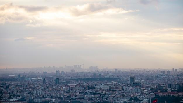 Widok Na Stambuł Przy Pochmurnej Pogodzie, Wiele Niskich I Wysokich Budynków, Mgła, Turcja Darmowe Zdjęcia