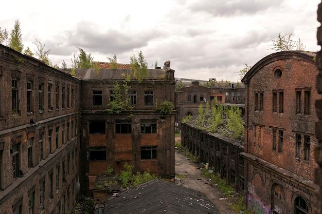 Widok Na Stare Budynki Fabryczne. Stary Ceglany Dom W Stylu Loftu. Premium Zdjęcia
