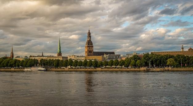 Widok Na Stare Miasto W Rydze Od Strony Rzeki Premium Zdjęcia