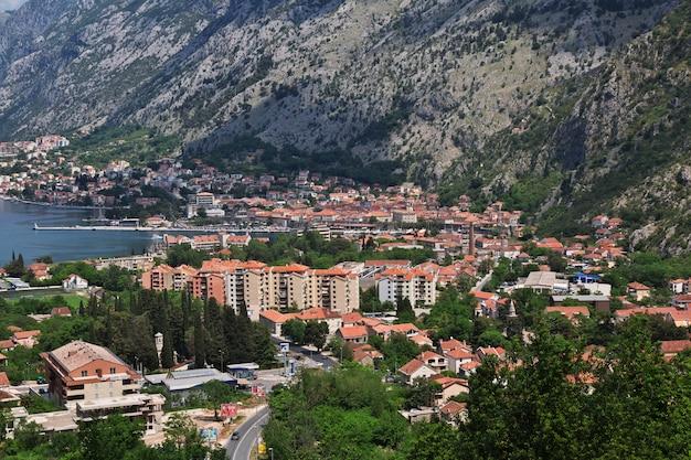 Widok Na Starożytne Miasto Kotor Na Wybrzeżu Adriatyku, Czarnogóra Premium Zdjęcia