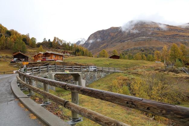 Widok Na Stary Budynek Na Stacji Kolejki Linowej Furi Jesienią I Deszczowy Dzień. W Miejscowości Furi, Zermatt, Szwajcaria. Premium Zdjęcia