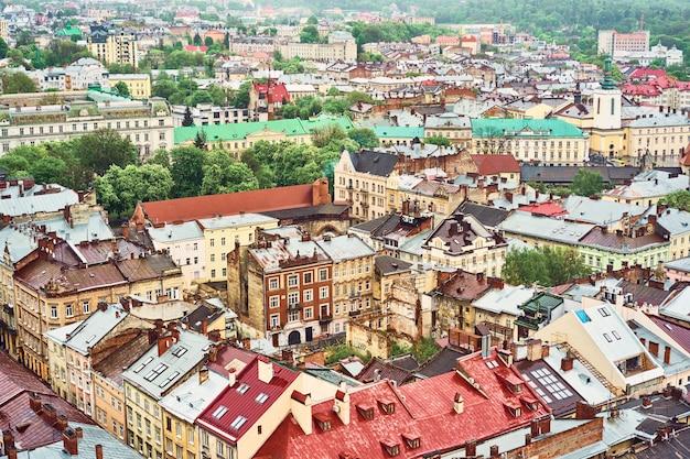 Widok na stary lwów. jasne kolorowe dachy domów w historycznym centrum miasta Premium Zdjęcia
