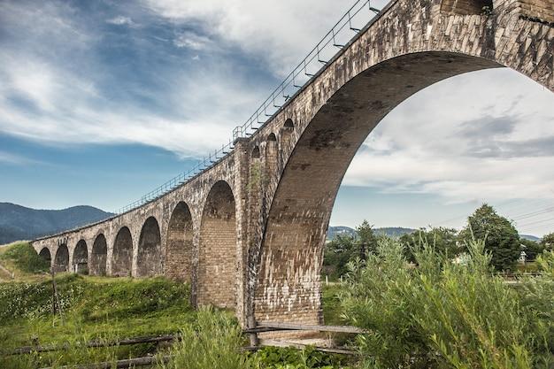 Widok Na Stary Most Wiaduktowy W Górach. Podróż, Odkrywanie, Przyroda, Koncepcja Architektury Premium Zdjęcia