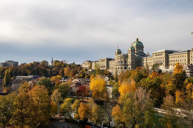 Widok Na Szwajcarski Parlament (bundeshaus) Z Mostu Kirchenfeldbruecke Premium Zdjęcia