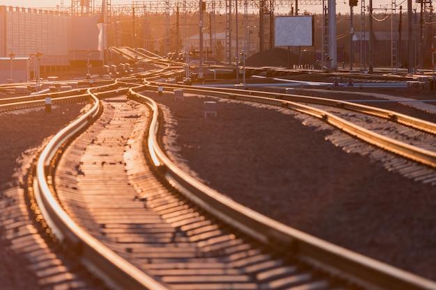 Widok na szyny, podkłady betonowe i kopiec z pokruszonego kamienia. tory kolejowe. Premium Zdjęcia