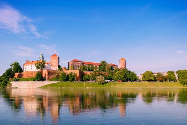 Widok Na Wawel W Krakowie (kraków), Polska, Odbicie W Wiśle (wisła) W Słoneczny Letni Dzień Premium Zdjęcia