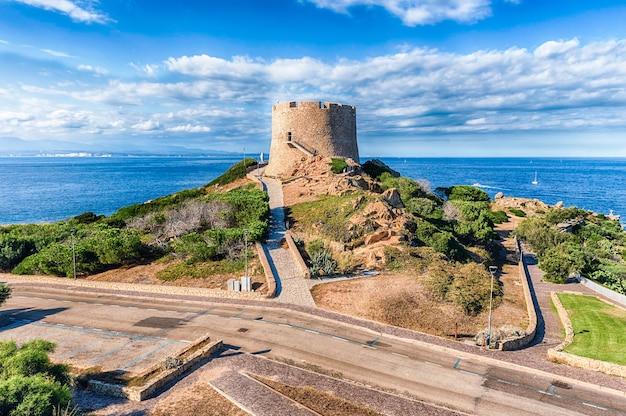 Widok Na Wieżę Longonsardo Lub Hiszpańską Wieżę, Charakterystyczny Punkt Orientacyjny W Santa Teresa Gallura, Położoną Na Północnym Krańcu Sardynii, W Prowincji Sassari We Włoszech Premium Zdjęcia