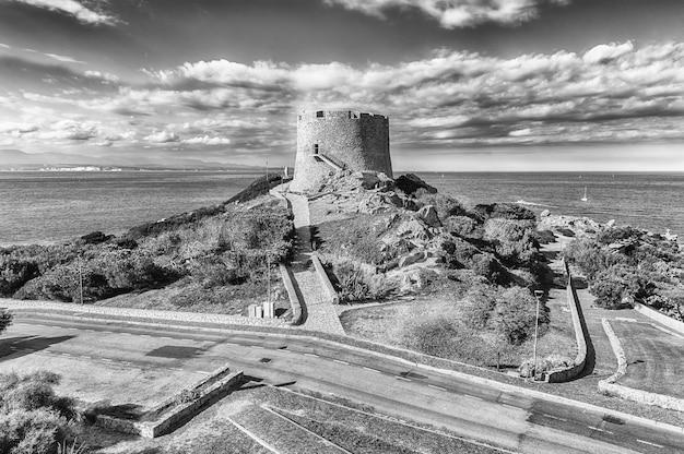 Widok Na Wieżę Longonsardo Lub Hiszpańską Wieżę, Charakterystyczny Punkt Orientacyjny W Santa Teresa Gallura Premium Zdjęcia