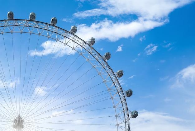 Widok na wspaniałe london eye w londynie Premium Zdjęcia
