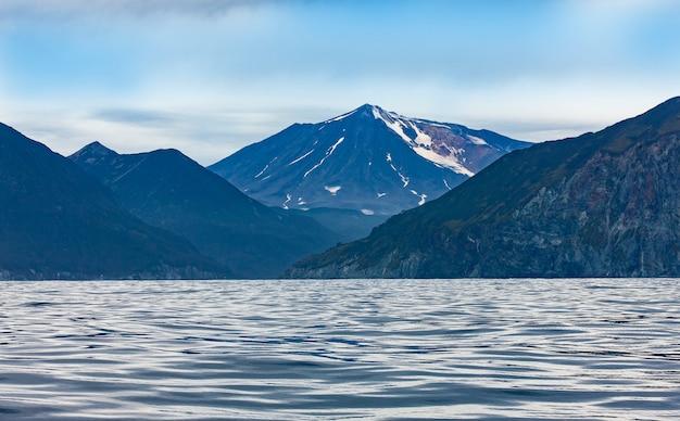 Widok na wulkan mutnovsky z oceanu spokojnego Premium Zdjęcia