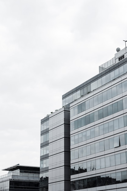 Widok na wysoki budynek z otwartym oknem Darmowe Zdjęcia