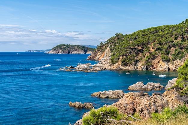Widok Na Zatokę Senia W Calella De Palafrugell W Hiszpanii. Premium Zdjęcia