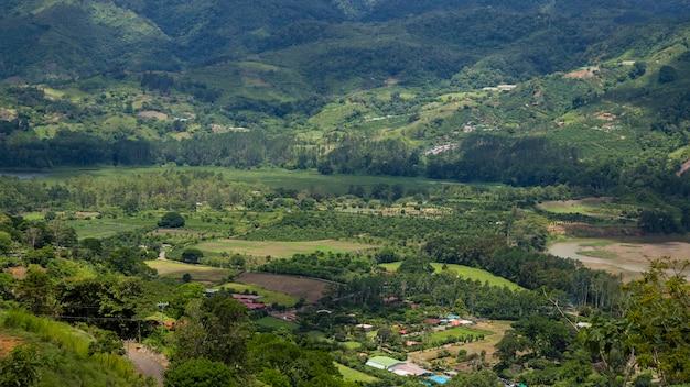 Widok obszar wiejski z wzgórzem i górą w costa rica Darmowe Zdjęcia