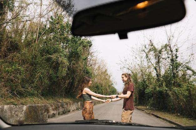 Widok od samochodu młoda para w środku drogi Darmowe Zdjęcia