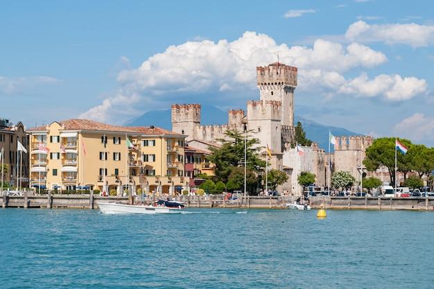 Widok Od Wody Na Sirmione Miasteczku, Jeziorny Garda, Włochy Premium Zdjęcia