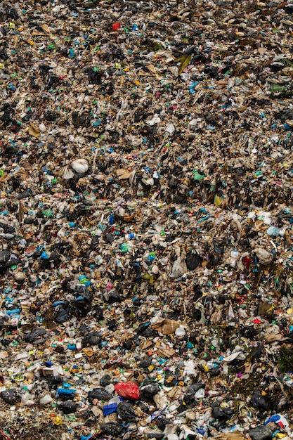 Widok ogromnego miejsca zrzutu śmieci, wynik ludzkiej działalności. Premium Zdjęcia