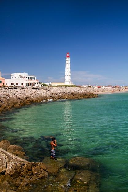 Widok Piękna Wyspa Farol Lokalizować W Algarve, Portugalia. Premium Zdjęcia
