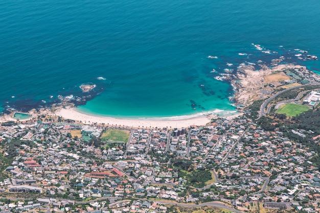 Widok Pięknej Plaży Camps Bay Ze Szczytu Góry Stołowej W Kapsztadzie Premium Zdjęcia