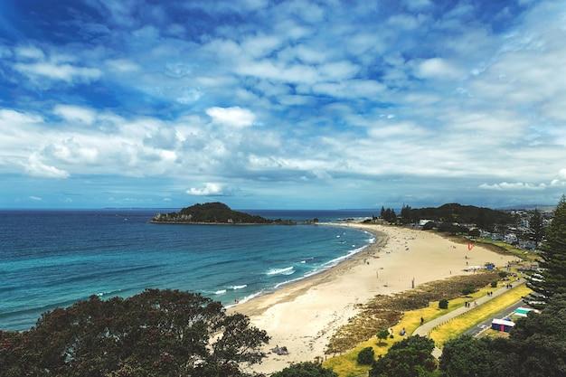 Widok Pięknej Plaży W Mount Maunganui, Nowa Zelandia Premium Zdjęcia