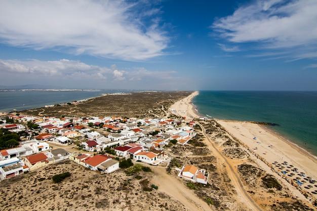 Widok Piękny Krajobraz Wyspa Farol Lokalizować W Algarve, Portugalia. Premium Zdjęcia