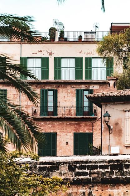 Widok Pionowy Budynku Mieszkalnego Z Oknami I Balkonami Darmowe Zdjęcia