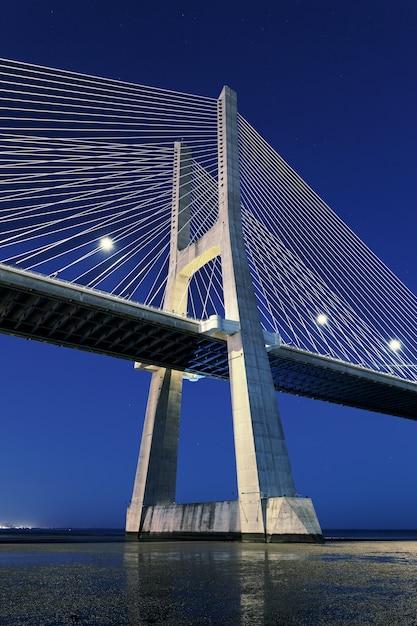 Widok Pionowy Mostu Vasco Da Gama Nocą, Lizbona Darmowe Zdjęcia