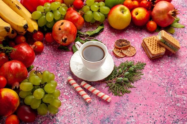 Widok Pół Góry Kompozycja świeżych Owoców Kolorowe Owoce Z Filiżanką Herbaty I Goframi Na Różowej ścianie Owoce świeże, łagodne Drzewo Dojrzałych Kolorów Darmowe Zdjęcia