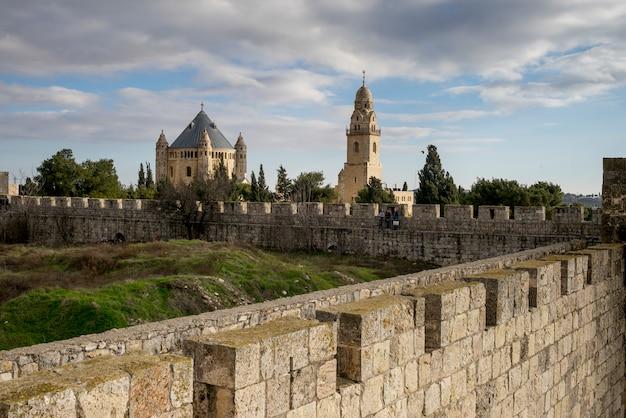 Widok Ramparts Chodzi Z Katedrą święty James W Tle, Jerozolima, Izrael Premium Zdjęcia