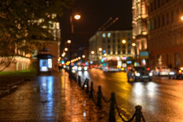 Widok Ruchu Na Ulicy Miasta, Głąbik Nocy, Blured Bokeh Tła Premium Zdjęcia