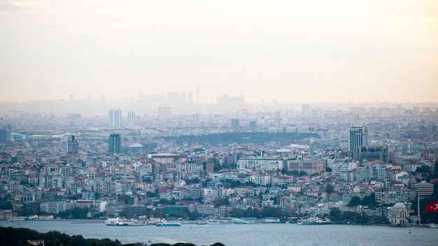 Widok Stambułu Przy Pochmurnej Pogodzie, Wiele Niskich I Wysokich Budynków, Mgła, Cieśnina Bosfor Na Pierwszym Planie, Turcja Darmowe Zdjęcia