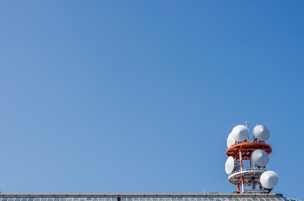 Widok Telekomunikacji I Błękitne Niebo Premium Zdjęcia