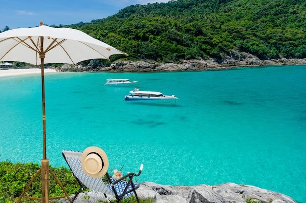 Widok Tropikalna Wyspy Plaża Z Jasną Wodą, Koralowa Wyspa, Koh Hey, Phuket, Tajlandia Premium Zdjęcia