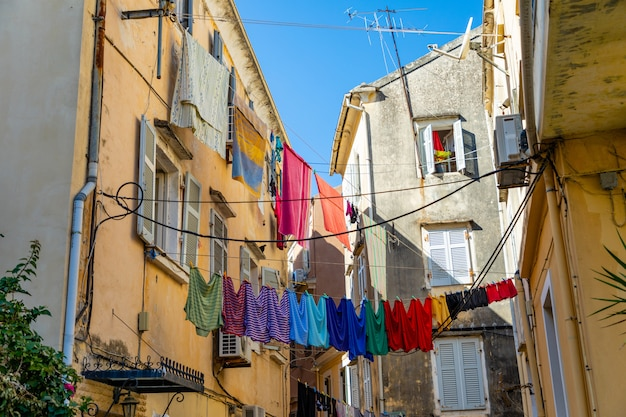 Widok Typowa Wąska Ulica Stary Miasteczko Corfu, Grecja Premium Zdjęcia